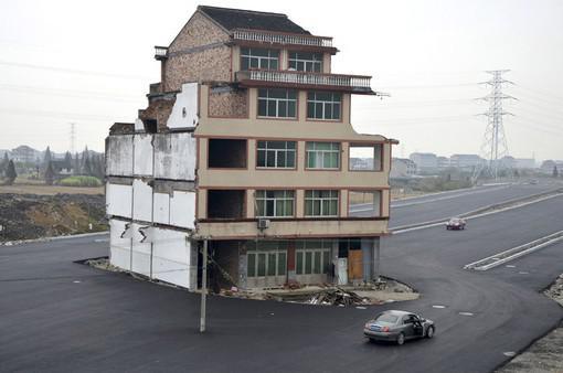 Последний жилец отказался выселяться из дома накануне строительства крупной трассы (Китай). Согласно выводам медиков, он рискует