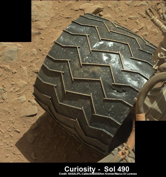1350600 Марсоход Curiosity напоролся на острый камень и повредил колесо