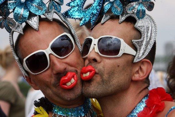 Треть американцев чувствуют сексуальное влечение как к мужчинам, так и к женщинам