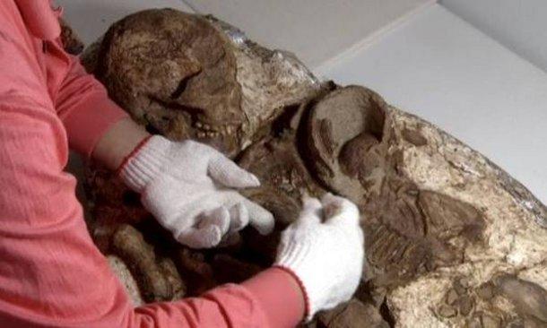 1461844935160440974 На Тайване археологи обнаружили странные останки женщины и ребенка