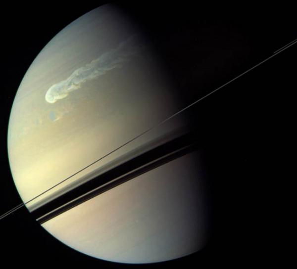 63 На Сатурне бушует вихрь невиданных размеров