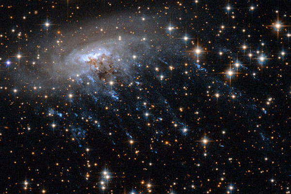 723 «Хаббл» передал фото звездных струй спиральной галактики