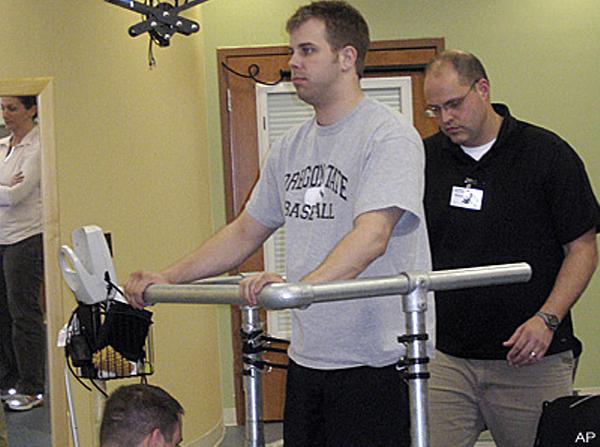 82 Парализованный пациент смог встать на ноги после электростимуляции спинного мозга