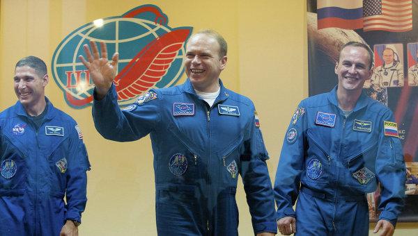 965656752 Российские космонавты дали первую послеполетную пресс-конференцию