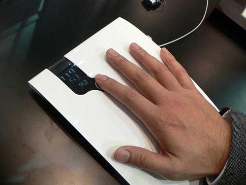 blood-pressure Японцы представили тонометр, работающий от прикосновения