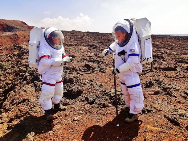 hi-seas-caraccio-and-swarmer-geo-tool Участники эксперимента по подготовке полета на Марс целый год провели в полной изоляции