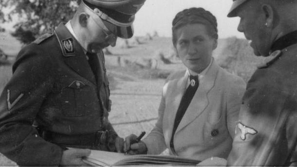 jen В Германии девушек, которые хотели стать женами нацистов, обучали в специальных школах