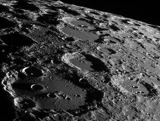 Из-за влияния Земли Луна покрывается трещинами