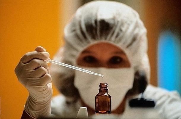 vrach_issleduet_bolezn_1_ Ученые обнаружили вирус Эбола в глазах человека