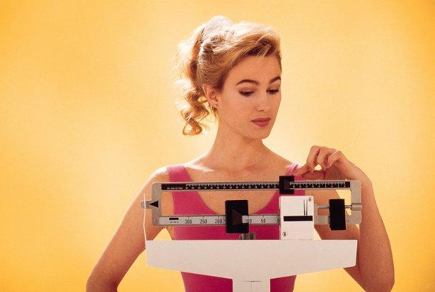 woman-weighing-herself-on-scale Ученые определили главные причины анорексии